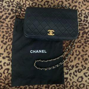 •Vintage Chanel lambskin single flap crossbody bag